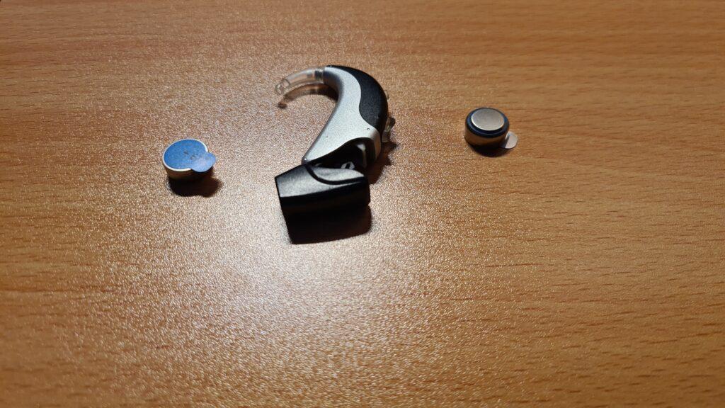 Wie wechselt man Hörgerätebatterien richtig?